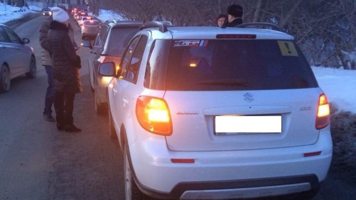 Авария с «Фольксвагеном» и «Сузуки» собрала пробку на Учительской в час пик