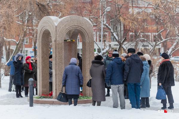 К мемориалу жертвам пожара в «Хромой лошади» приносят свечи и цветы