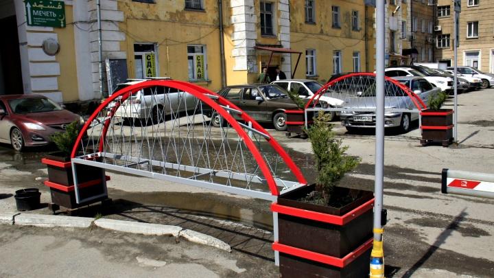 Фото: на парковке в центре Новосибирска поставили четыре копии Бугринского моста