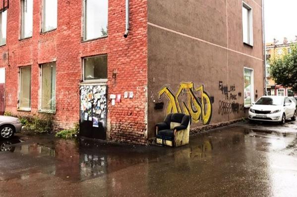 Фотографию дома Служба городовых разместила на своей странице с подписью: «Доска позора»