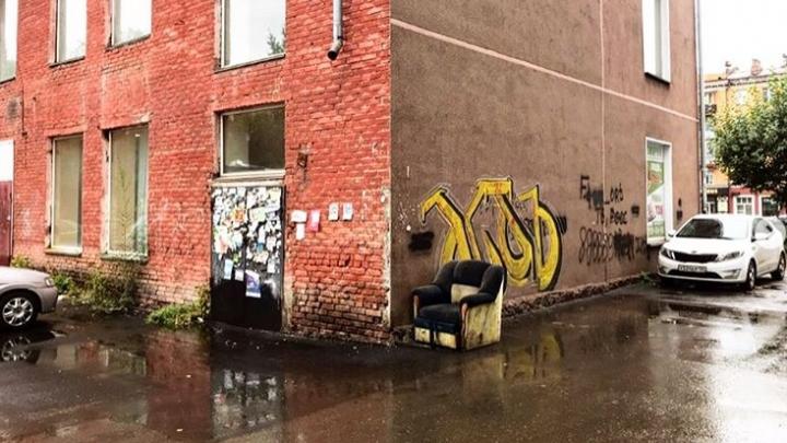 Дом на Красрабе оказался на «доске позора» из-за страшных граффити и забытого рядом старого кресла