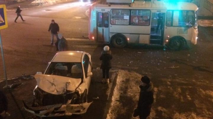 В Кургане столкнулись легковушка и ПАЗ, пострадал пассажир