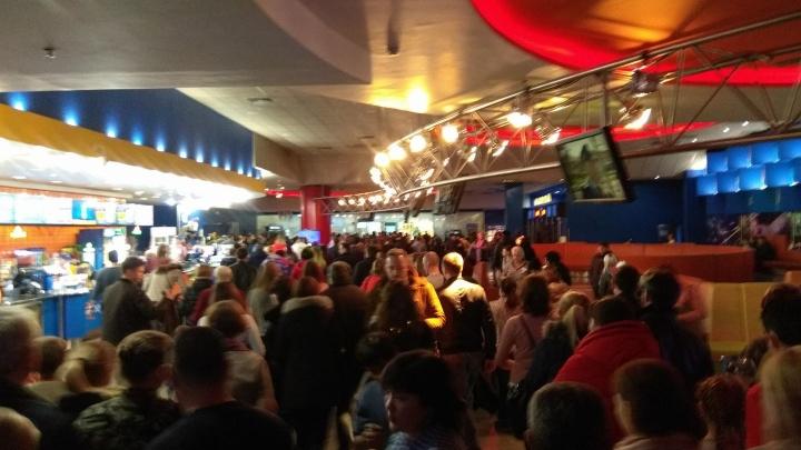 В новосибирских торговых центрах снова начали эвакуировать посетителей