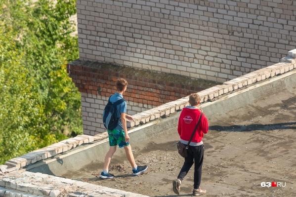 Подростковый возраст самый сложный. Как быть, если, например, ребенок гуляет по крышам заброшек, а дома говорит, что был в школе?