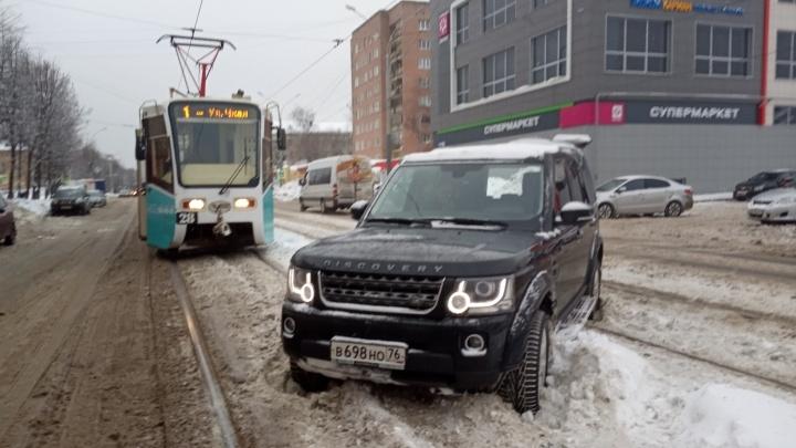 Решил сократить путь: ярославец на крутом внедорожнике застрял на трамвайных путях