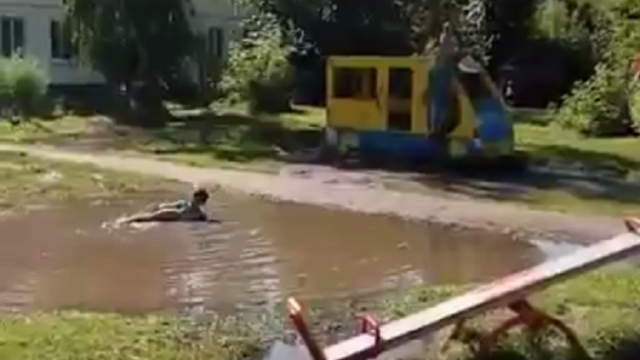 Маленький уфимец устроил бассейн в луже во дворе