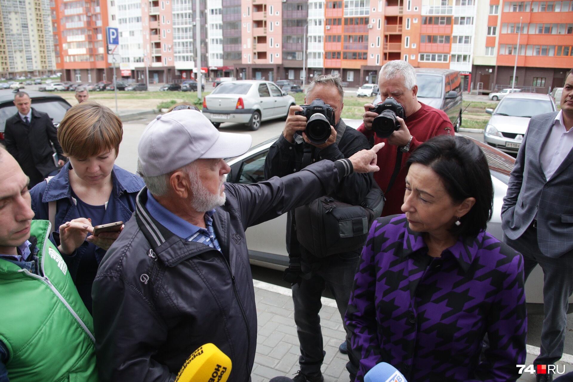 Пенсионер больше 20 минут рассказывал Наталье Котовой, в каких условиях приходится жить обладателям квартир в«Академ Riverside»