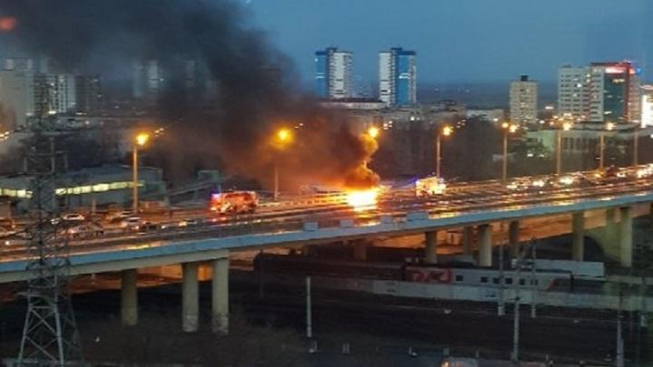 «Четырнадцатая» загорелась на «танцующем» мосту в Волгограде