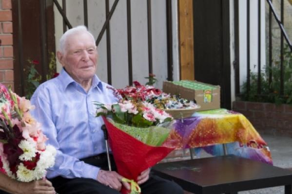 100-летний житель НовосибирскаИван Чунарев (на фото справа)
