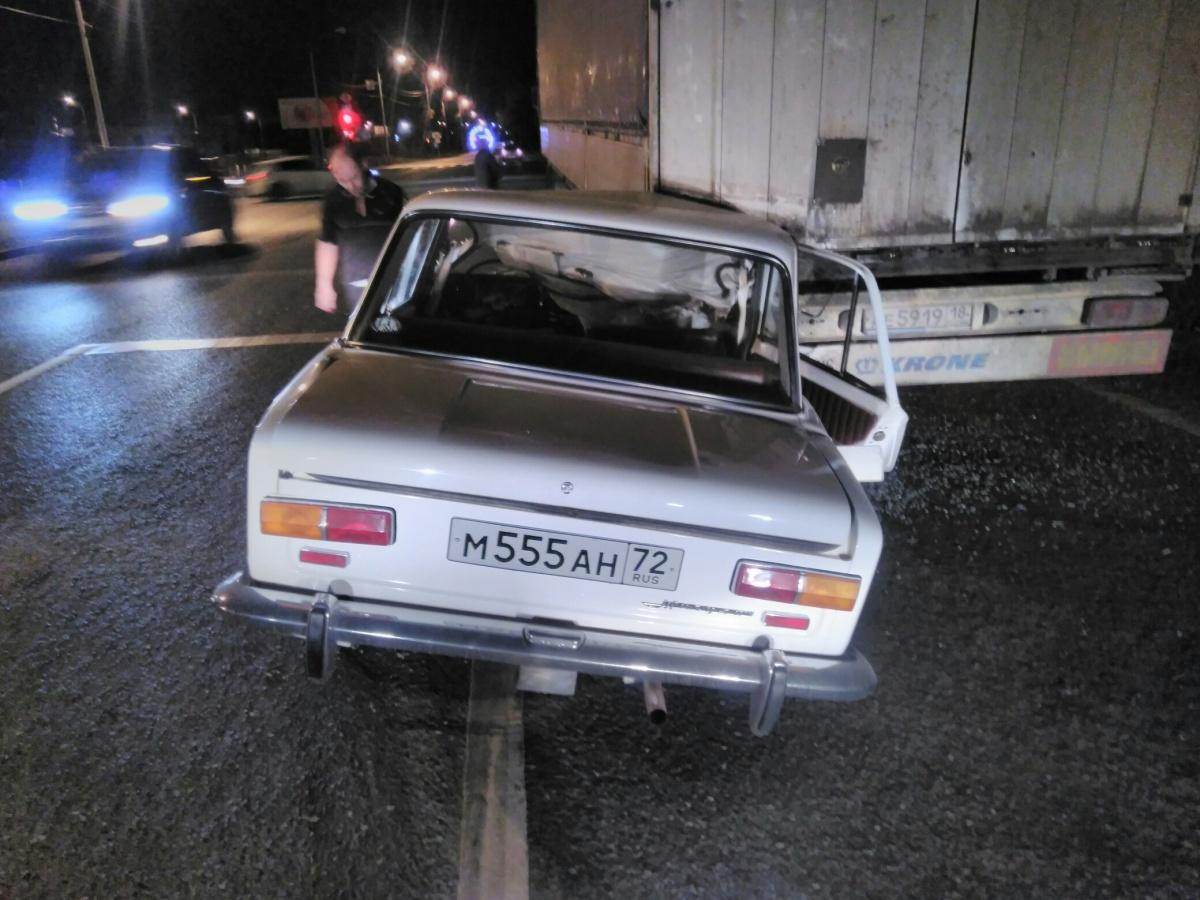 По данным ГИБДД, водитель грузовика стоял сломанный на дороге, когда в него врезалась «копейка»