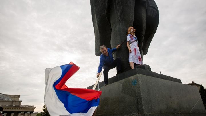 Спасатели сняли окровавленную девушку с памятника Ленину