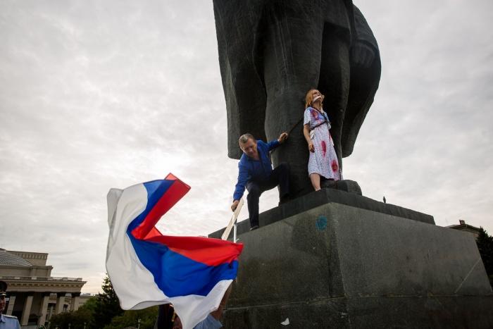 Мужчина в штатском залез на памятник к Ксении и забрал у нее флаг