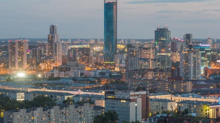 Полёт на дроне: на Пионерке камера сняла жилые небоскрёбы на фоне городского пейзажа