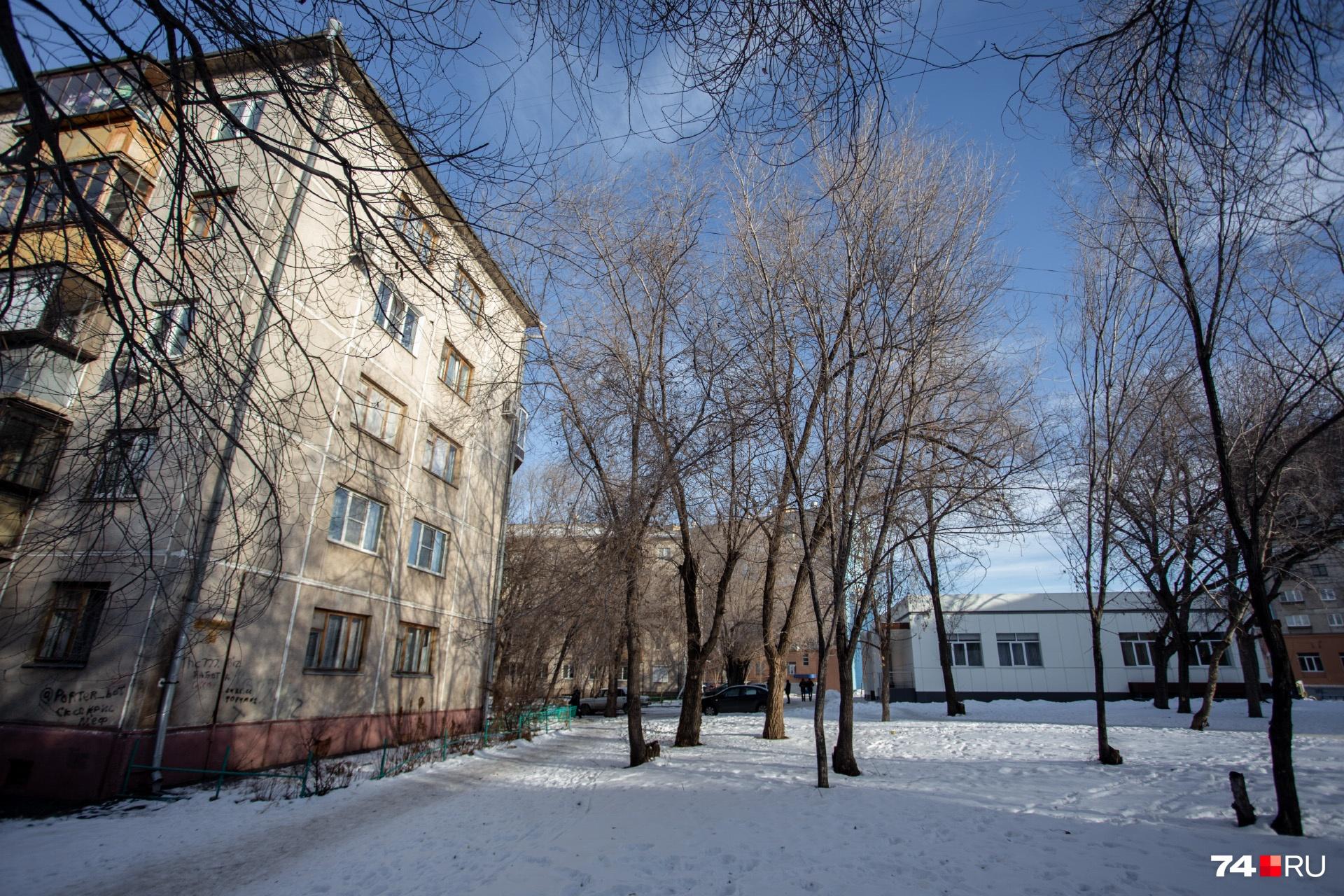 Спортсмен Алан жил в этом пятиэтажном доме в 150 метрах от Карла Маркса, 164