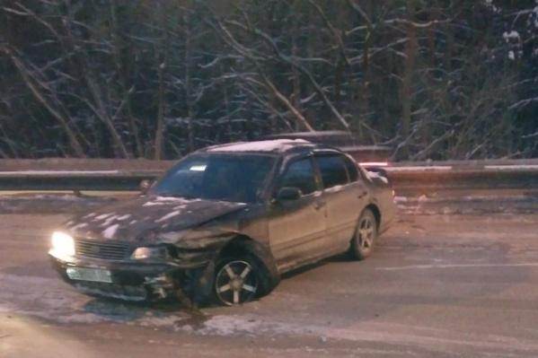 В начале января Nissan Cefiro влетел в отбойник из-за колеи на Бердском шоссе