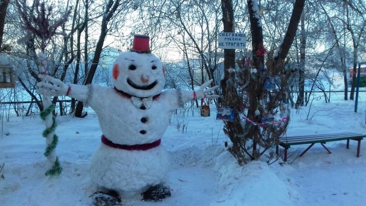 «Снеговика руками не трогать!»: смотрим, какие снежные фигуры украшают дворы Омска