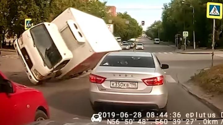 Дорожное видео недели: мстительный мотохам, летящий грузовик и невнимательный мальчик под трамваем