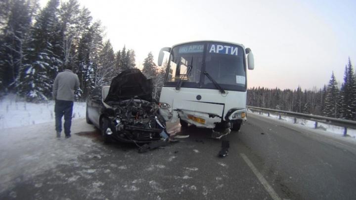 """""""Её занесло"""": под Михайловском девушка на Volkswagen врезалась в автобус"""