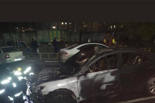 Сгоревшая машина была припаркована около подъезда, поэтому происшествие серьёзно переполошило жителей дома