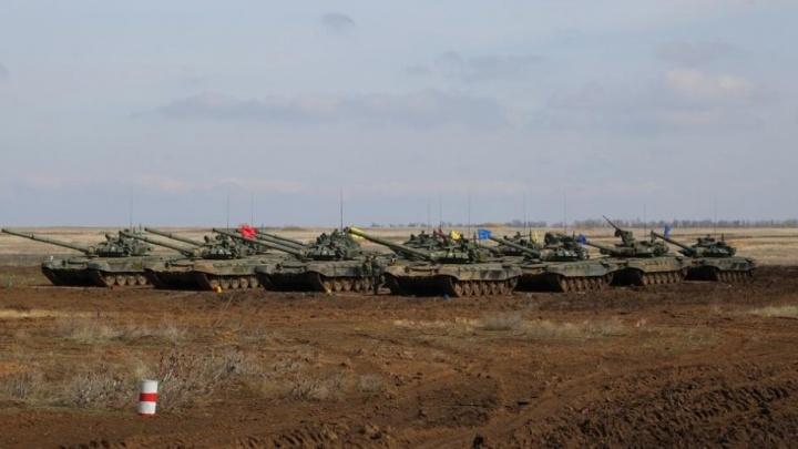 Железной дорогой со всех округов: на полигон под Волгоградом пригнали 24 танка и 15 БМП