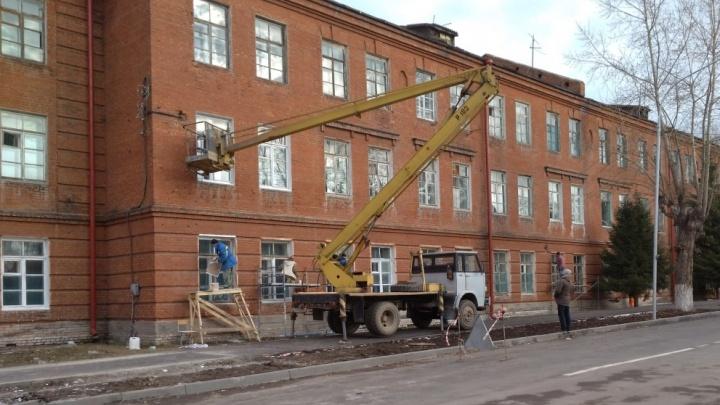 Наводят красоту: в общежитии около нового музея начали красить окна к приезду Путина