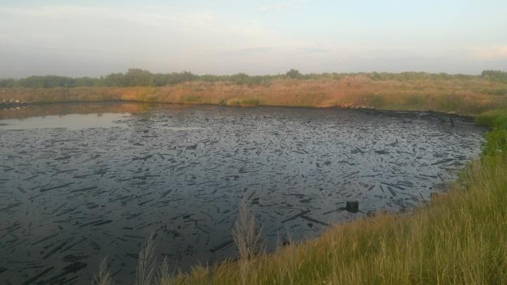 Городские власти назвали причину возникновения «черного озера» в поселке Чкалова