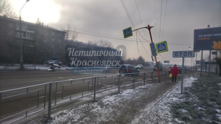 На переходе по Павлова вторые сутки лежат снесенные в аварии два светофора