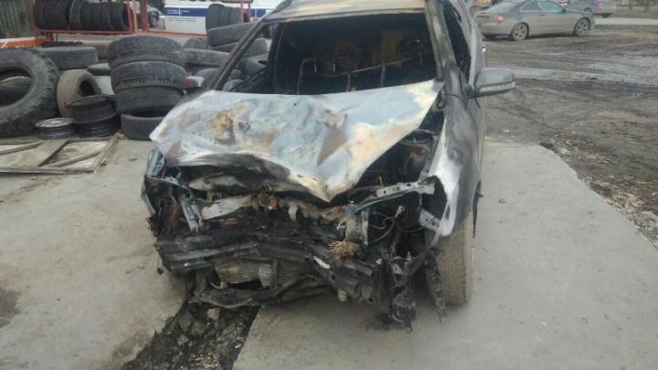 После угона иномарка попала в ДТП и сгорела на омской трассе