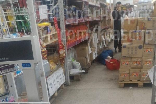 Очевидцы возмутились, что магазин не закрыл двери для покупателей