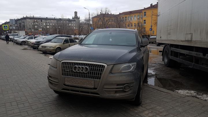 «Я паркуюсь, как...»: в Волгограде проснулись охотники на тротуары и зеленые зоны