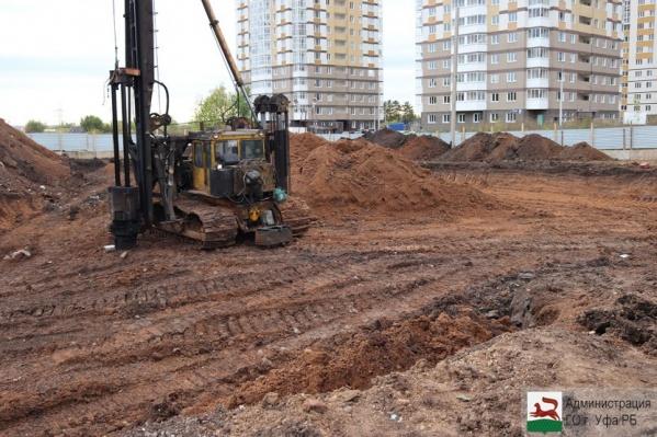 Площадку для строительства уже подготовили, расчистили и огородили