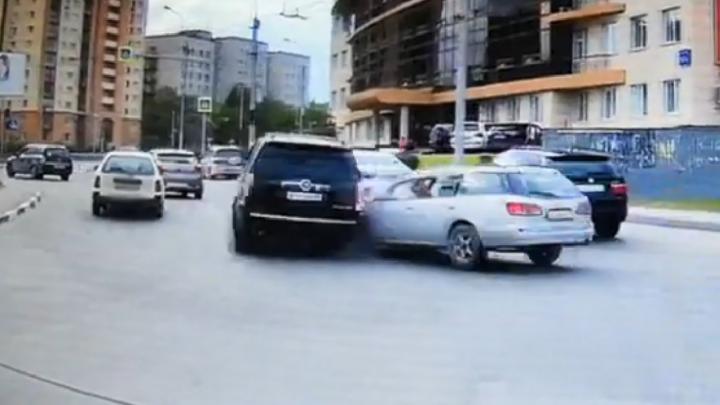 «Куда ты рулишь?»: разборка на Ипподромской — Фрунзе. Nissan «добил» Cadillac, но оказался прав