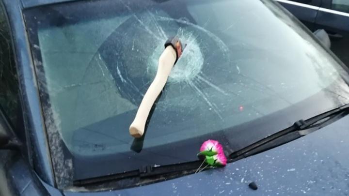 Предупреждение от похоронщиков? Челябинке воткнули топор в лобовое стекло машины