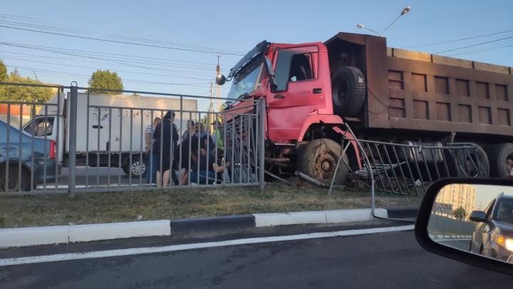 Движение сильно затруднено: на Московском проспекте самосвал снёс разделительное ограждение