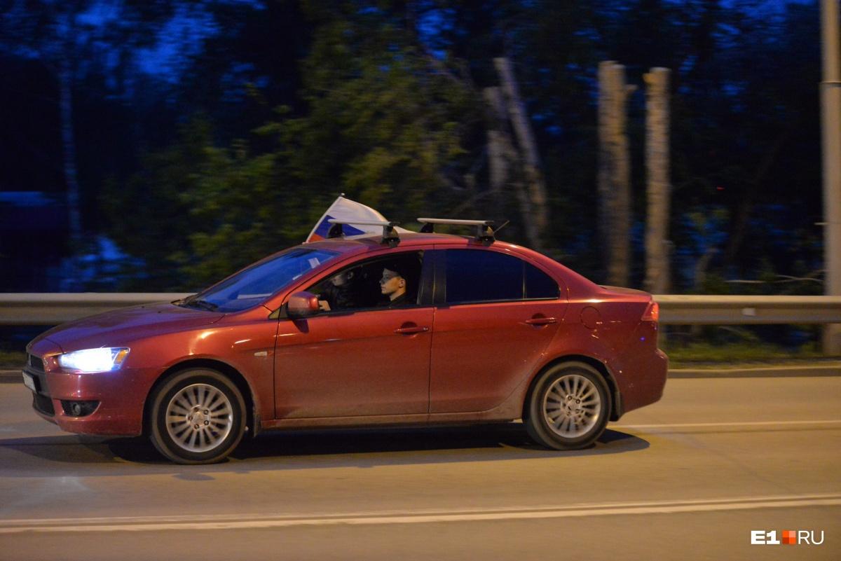 А местные жители добираются своим ходом, размахивая российскими флагами
