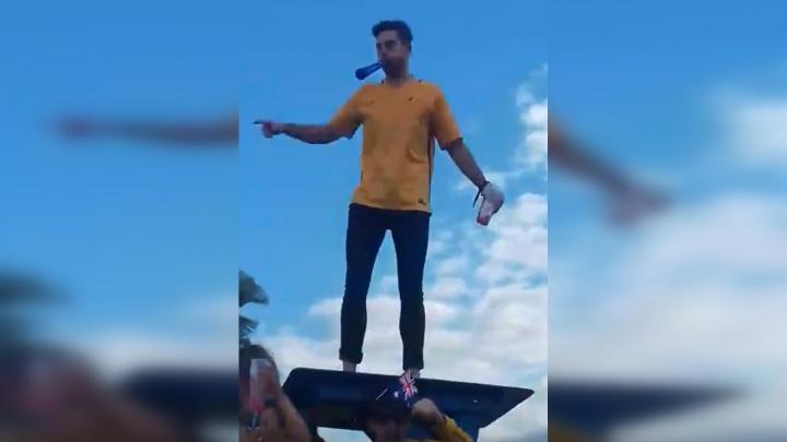Залез на будку волонтёра: самарцы сняли на видео, как отжигают австралийские болельщики
