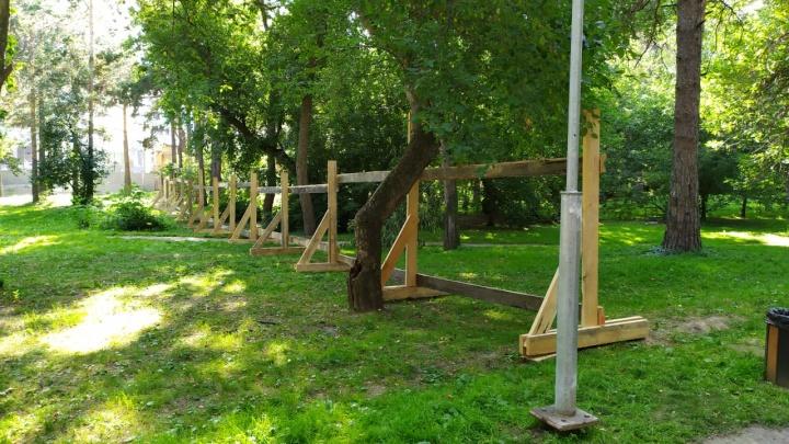 В Зеленой Роще, которую хотят реконструировать, начали устанавливать забор