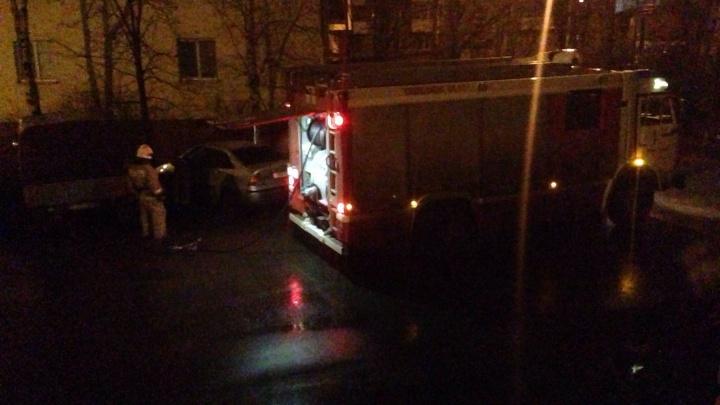 Потушили за четыре минуты: ночью в центре Архангельска загорелся автомобиль