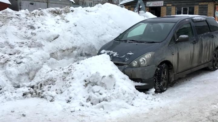 Солдаты засыпали снегом машину новосибирца по приказу начальства