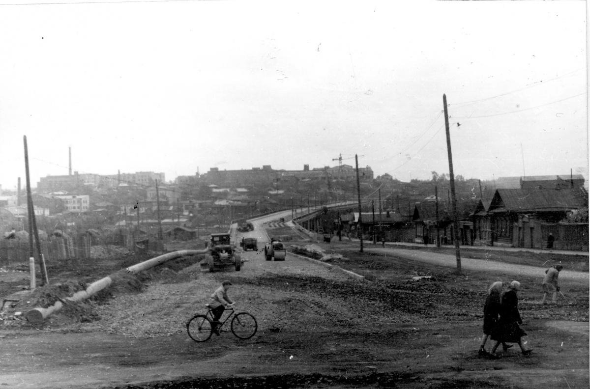С центром Свердловска Сортировку в советские годы связала улица Бебеля. Дорогу с юга на север строили через реку Исеть и плотный частный сектор