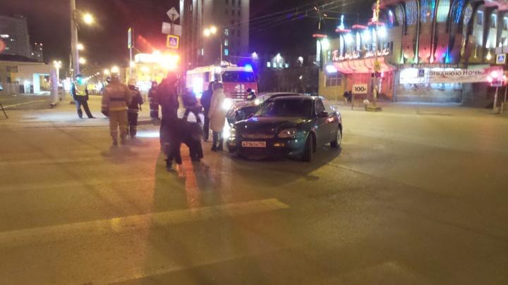 На перекрестке возле Автовокзала столкнулись два такси: пострадала девушка