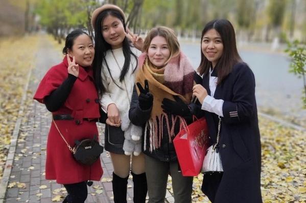 Маша и ее местные коллеги-подруги