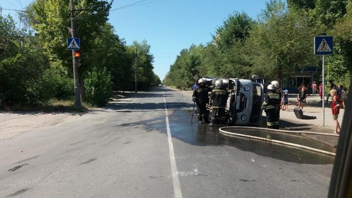 Проскочил на красный: в Волжском водитель иномарки опрокинул «Буханку»