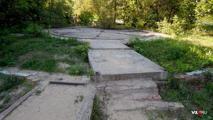 «Нормальные дороги»: чиновники не заметили разрушенной плитки в волгоградском парке имени Гагарина