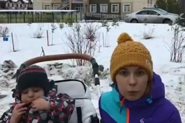 Юлия записала видео с жалобой на отсутствие мест в яслях на фоне детского сада, построенного в её посёлке