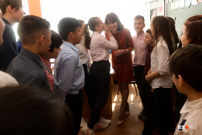 Средняя зарплата педагога в Екатеринбурге, по данным мэрии, составляет 42 353 рубля при работе на полторы ставки