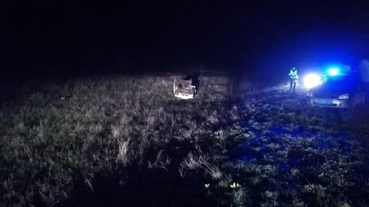 Под Волгоградом легковушка улетела в кювет и перевернулась: пассажир погиб, водитель в больнице