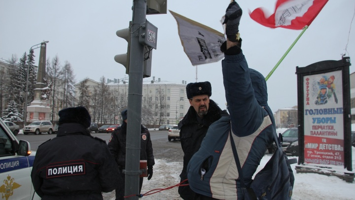 В Архангельске протестующий приковал себя велосипедным тросом к светофору у здания правительства