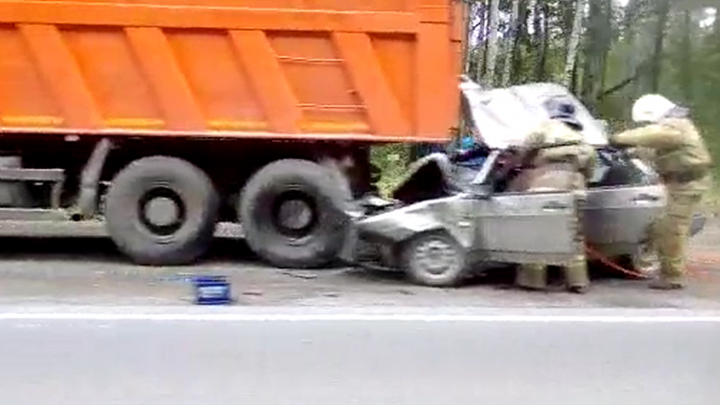 Чтобы достать людей, пришлось разрезать машину: на Серовском тракте легковушка влетела под КамАЗ