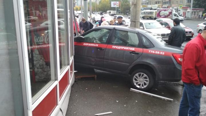 Машина ЧОПа вылетела на тротуар и протаранила киоск «Роспечати» в Челябинске
